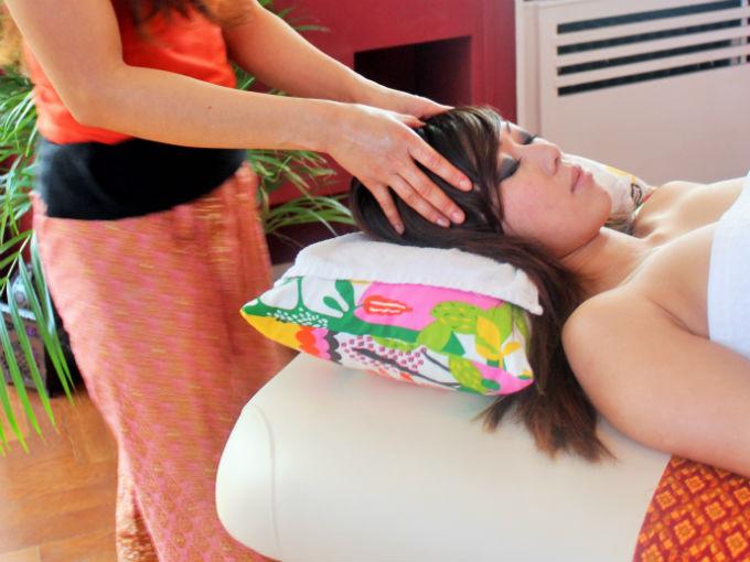 Massage thai avec de l'huile aromatique